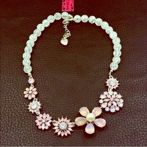 NWT🏷💗 Betsey Johnson Flower Crystal Necklace